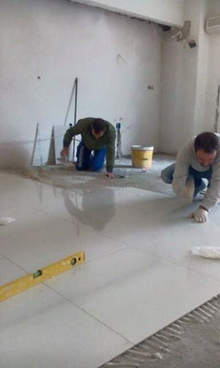 Φωτογραφίες από την τοποθέτηση πλακιδίων στο διαμέρισμα στην Νίκαια