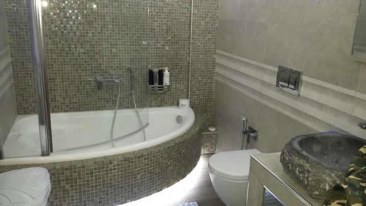 Μία πλήρες ανακαίνιση μπάνιου από το συνεργείο New Home Constructions τηλ 210-2481000 σε οικία στο Καματερό.